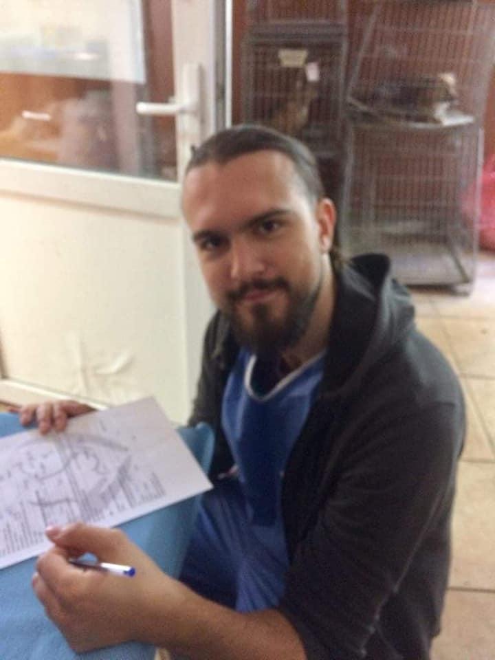 Sterilizare câini și pisici-Frumușani-voluntar ce completează formulare de înregistrare